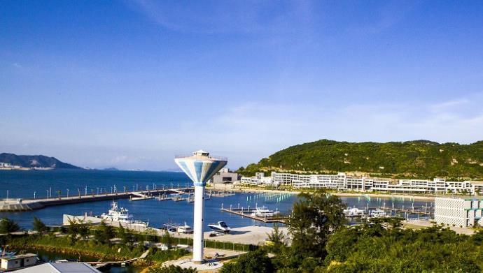 """""""私人领海""""被誉为""""终极富豪俱乐部"""",它以顶级游艇、尊贵的马球会和乡村俱乐部作卖点。游艇俱乐部不仅有自己的专用海港,而且与全球各地最豪华的娱乐休闲设施有合作关系,一旦成为会员,全球最豪华的酒店、马球场和乡间俱乐部等便会为你打开大门。俱乐部会员可从数十艘豪华游艇中任意挑选租用,游艇上停满了迷你潜艇、直升机、水上摩托车……各项设施都顾及会员的安全及私隐。 """"私人领海""""俱乐部的会员包括各国王室、国家元首、资深政客"""