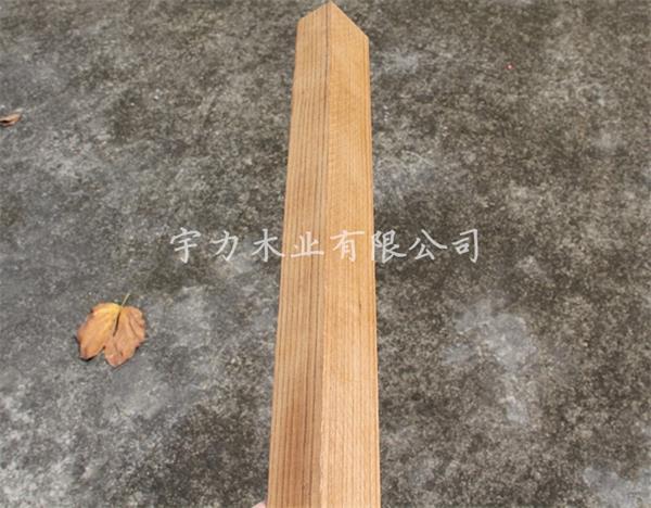 """柚木被誉为是""""万木之王"""",是世界公认最好的地板木材(泰坦尼克号上的甲板就是用柚木做的),也是唯一可经历海水浸蚀和阳光暴晒却不会发生弯曲和开裂的木材。生长于东南亚热带原始森林,且以缅甸柚木最好。缅甸柚木稳定性能极好,经久耐用,越用越漂亮,历久弥新,自带的香气也让很多人很容易喜欢上它。  柚木是热带树种,要求较高的温度,垂直分布多见于海拔高700-800 米以下的低山丘陵和平原。干燥性能良好,胶粘、油漆、上蜡性能好,因含硅易钝刀,故加工时切削较难。握钉力佳,综合性能良好。  出色的品质"""